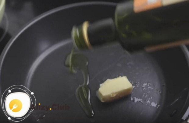 Разогреваем сковороду с оливковым маслом, а также кладем кусочек сливочного.