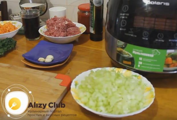 Мелко нарезаем лук и сельдерей.