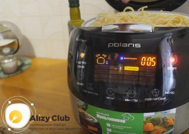 Отваренные ранее спагетти прогреваем, воспользовавшись корзинкой для готовки на пару.