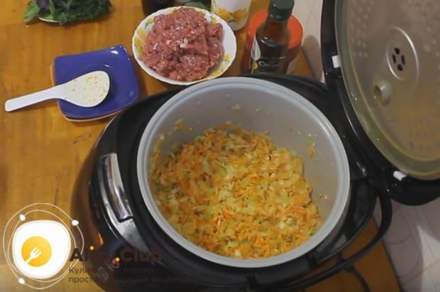 Теперь можно добавить к овощам натертую на терке морковку.