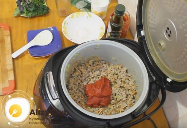 После того, как вино испарится, добавляем в блюдо томатную пасту.