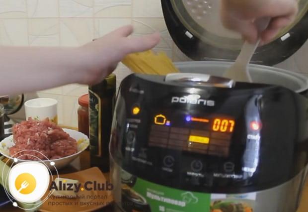 Если желаете приготовить блюдо в мультиварке, сначала отварим спагетти.