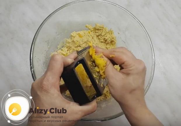 На терке натираем в тесто запеченную тыкву.