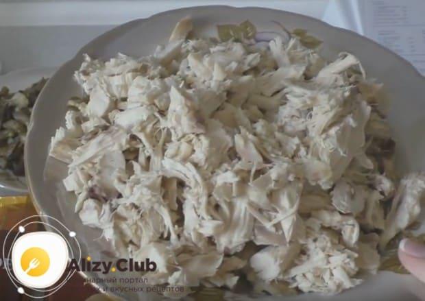 Пирог из слоеного теста мы будем готовить с отварным куриным филе.