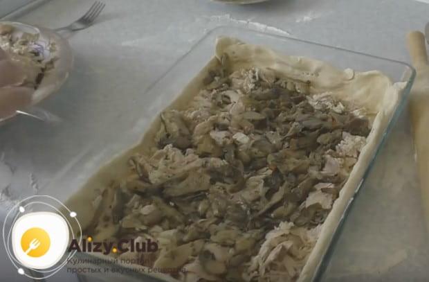 Выкладываем начинку для нашего куриного пирога из слоеного теста.