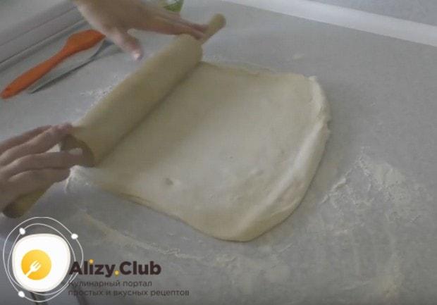 Раскатываем второй кусок теста, чтобы накрыть им пирог.