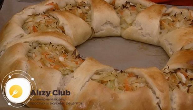 Пирог с капустой из дрожжевого теста можно подавать на стол.