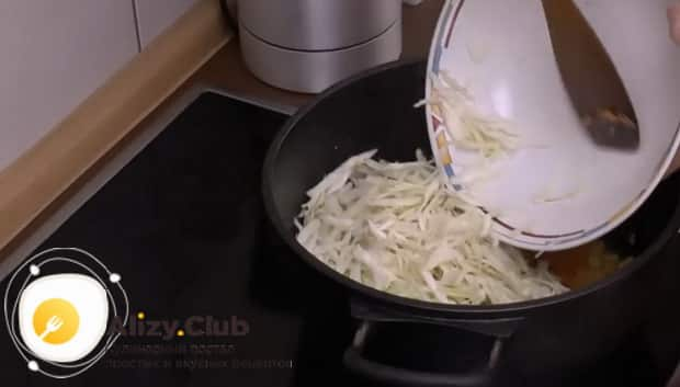Перед тем как приготовить дрожжевой пирог с капустой в духовке. Подготовьте все ингредиенты.