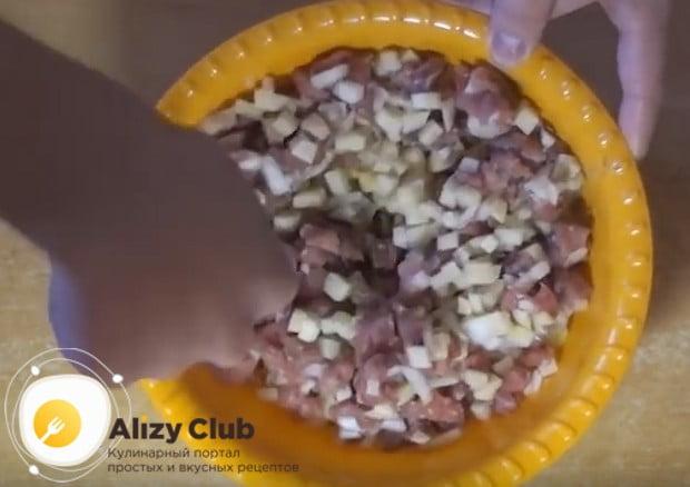 Перемешиваем картофель, лук и картошку, солим и перчим.