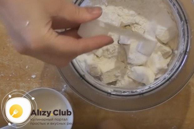 Чтобы приготовить пирог с мясом на кефире в мультиварке, сначала складываем в блендер нарезанное на кусочки масло, муку и разрыхлитель.