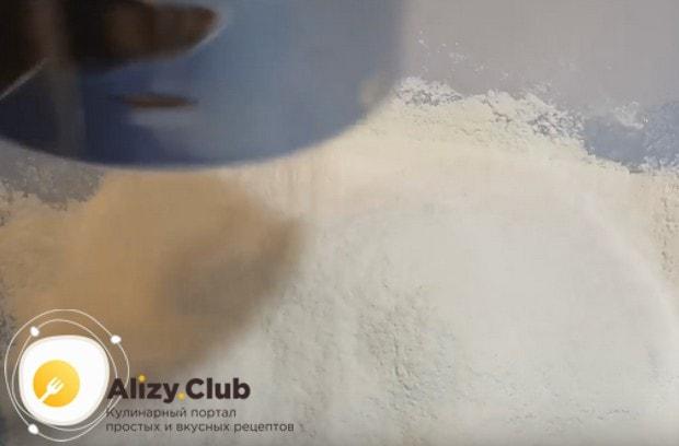 Добавляем к смеси молока и дрожжей яйцо, просеиваем муку.
