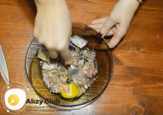 Хорошо перемешиваем рыбу с яйцом, заодно измельчая косточки.