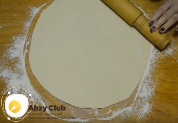 разделив тесто пополам, раскатываем одну часть соответственно размеру противня.