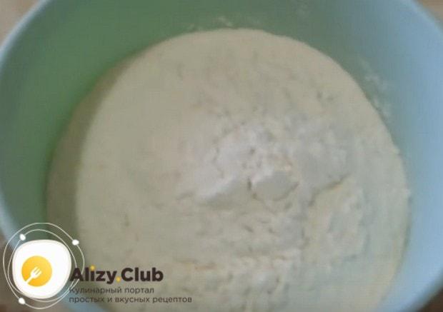 Чтобы тесто было пышным и воздушным, просеиваем муку.