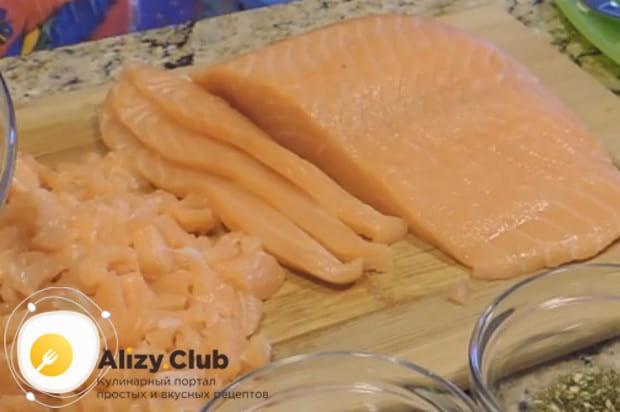 Мы будем готовит пирог из красной рыбы из дрожжевого теста.