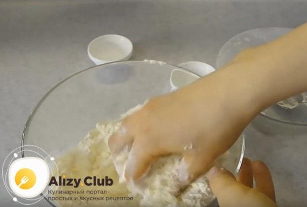 Просеиваем к жидким компонентам муку и начинаем замешивать тесто.