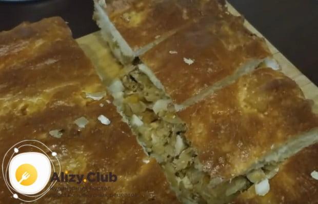 Такой пирог с квашеной капустой и грибами будет печься всего полчаса.