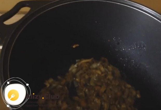 Лук, чеснок и грибы выкладываем на разогретую сковороду и поджариваем.