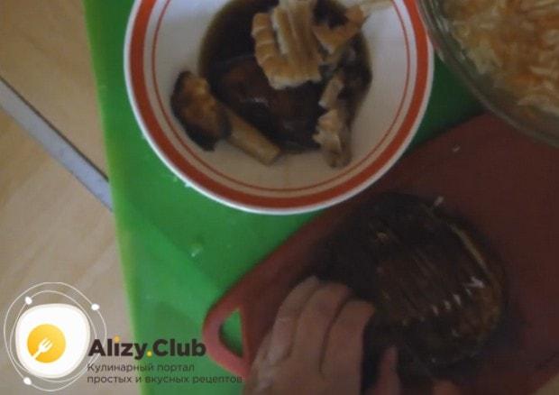 Маленькими кусочками режем грибы.