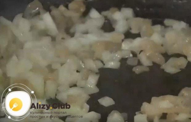 Немножко поджарив сало, добавляем к нему лук.