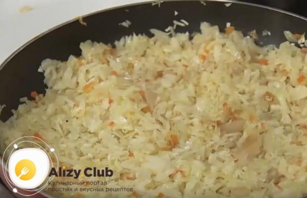 Теперь выкладываем на сковородку капусту.