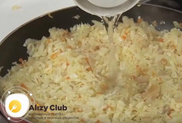 Начинка из квашеной капусты для пирогов должна быть сочной, поэтому доливаем в сковороду немного воды и тушим.