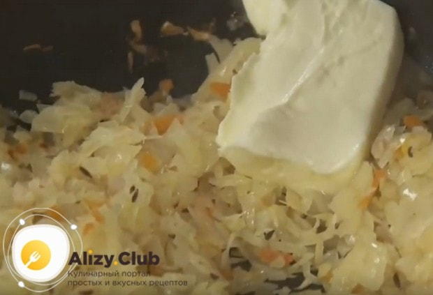 Под конец приготовления выкладываем в начинку сливочное масло.