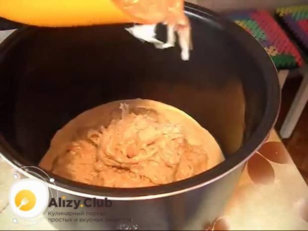 Для приготовления пирога с квашеной капустой в мультиварке, выложите капусту в чашу.