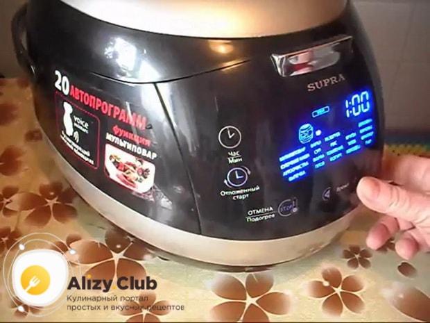 Для приготовления пирога с квашеной капустой в мультиварке, выставьте нужный режим.