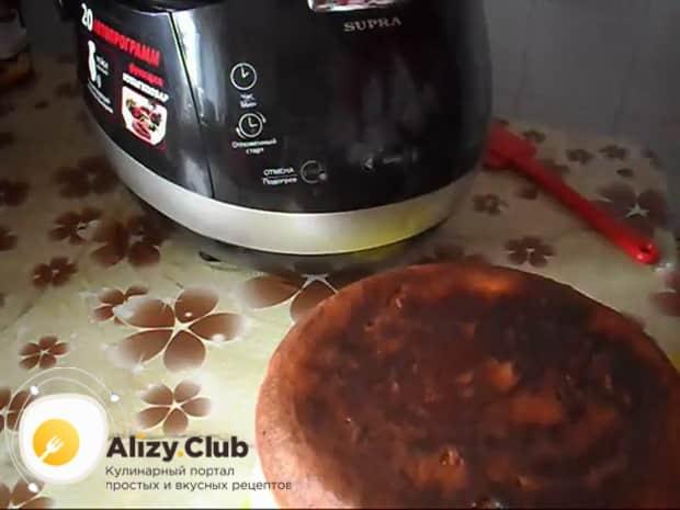 Пирог с квашеной капустой приготовленный в мультиварке практически готов.