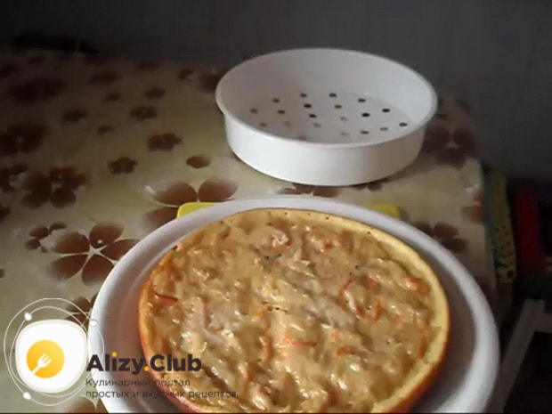 Вкусный пирог с квашеной капустой в мультиварке готов.