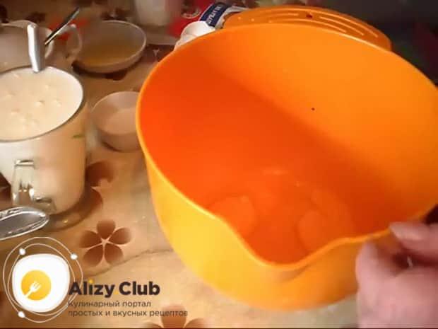 Для приготовления пирога с квашеной капустой в мультиварке, смешайте ингредиенты для приготовления теста.
