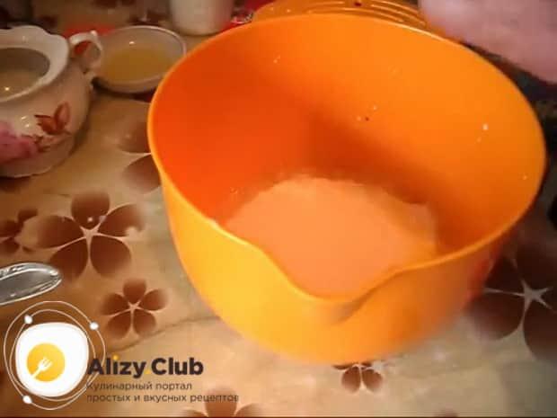 Для приготовления пирога с квашеной капустой в мультиварке,подготовьте ингредиенты для теста.