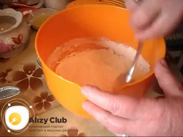 Для приготовления пирога с квашеной капустой в мультиварке, приготовьте тесто.