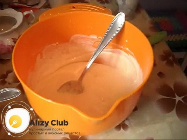 Для приготовления пирога с квашеной капустой в мультиварке, тесто должно быть как на оладушки.