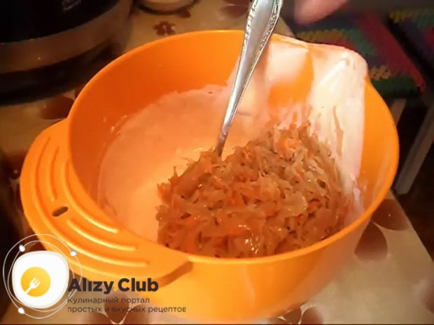 Для приготовления пирога с квашеной капустой в мультиварке, смкшайте капусту с тестом.