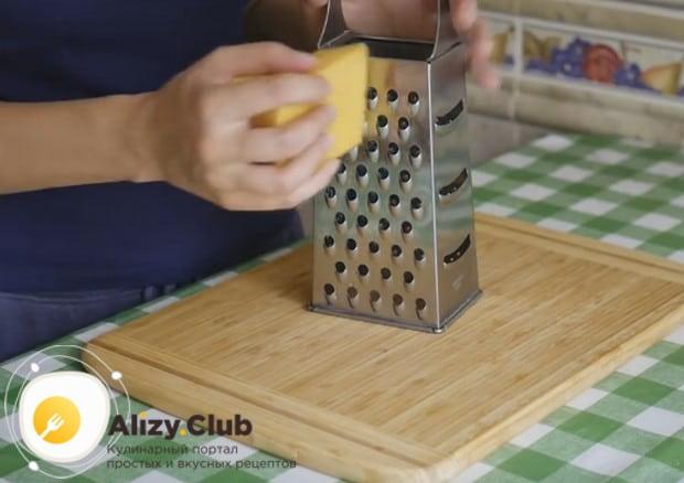 В рецепте такого быстрого пирога с мясом используем также сыр.