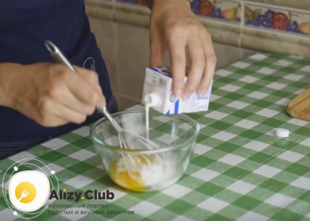 Приготовим заливку из яиц и сливок.