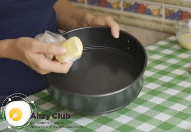 Форму для пирога смазываем сливочным маслом.