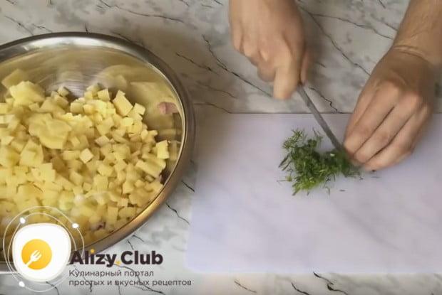 Мелко рубим укроп и тоже добавляем к ингредиентам для начинки.