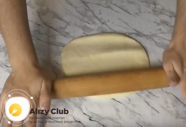 Раскатываем тесто, но не слишком тонко.
