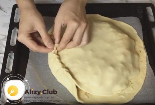 Вторым раскатанным пластом теста накрываем на быстрый пирог с мясом и картошкой и защипываем края.