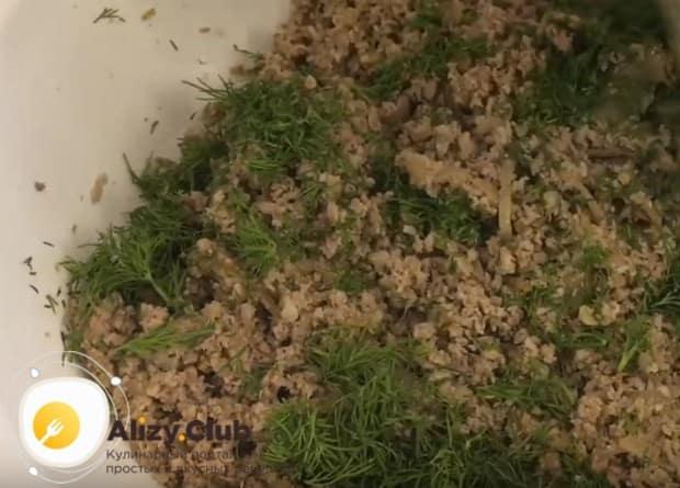 Свежий зеленый укроп мелко рубим и добавляем в начинку.