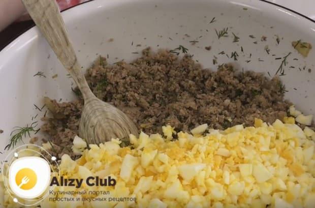 Вареные яйца нарезаем и тоже отправляем к мясу.