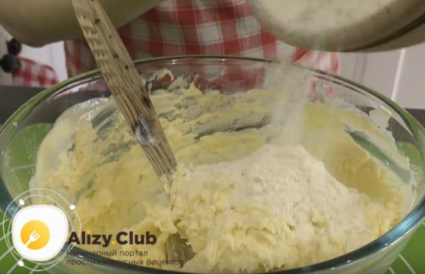 Вмешав одну часть муки, добавляем еще и месим тесто.
