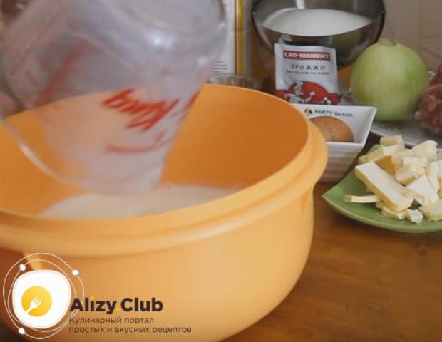 Чтобы приготовить дрожжевой пирог с мясом в мультиварке, нам понадобится молоко.