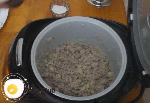 Солим и перчим начинку по вкусу, перемешиваем.