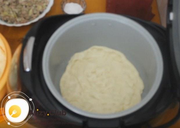 Из теста формируем основу пирога, делая также бортики.