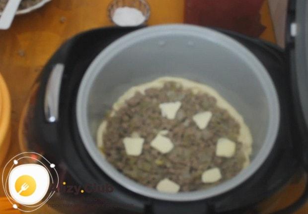 Режем кусочками сливочное масло и раскладываем на начинке, чтобы пирог был более сочным.
