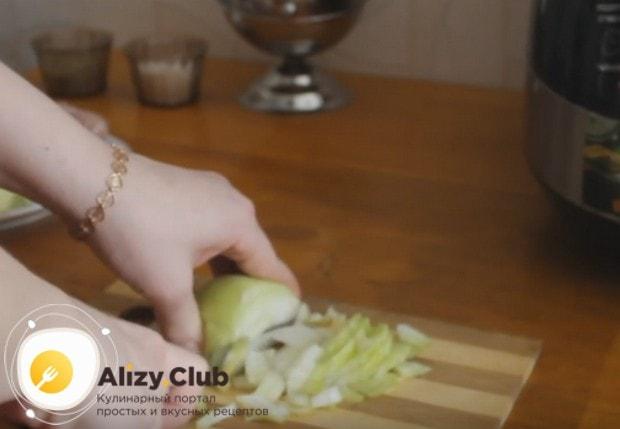 Для начинки мелко нарезаем лук.